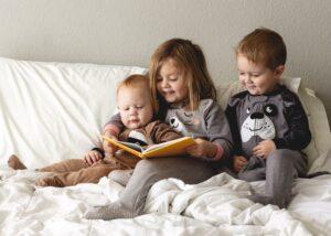 children reading together at home t20 JY82Kl 1