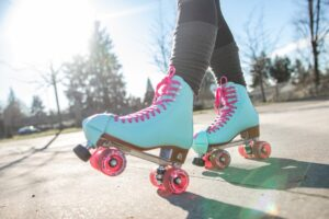 outdoors park fun sunshine woman roller skates active roller skating bright and colorful t20 b6Gk2k